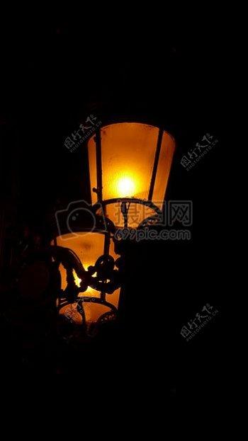 黑色背景中的灯笼
