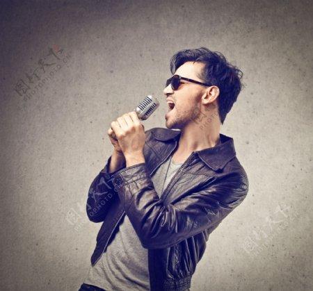 唱歌的男人图片