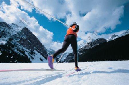 雪地上的滑雪运动员高清图片