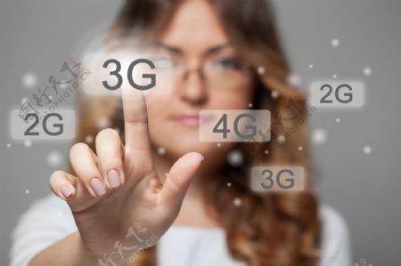 点击3G图标的商务美女图片