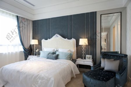 现代时尚卧室磨砂蓝色背景墙室内装修效果图