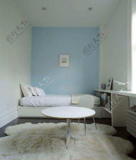现代清新卧室浅蓝色背景墙室内装修效果图