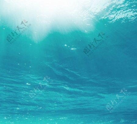 蓝色大海清澈背景