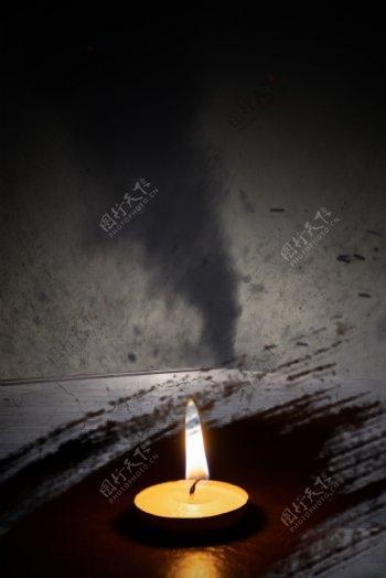 简约自然灾害龙卷风地震蜡烛祈祷背景