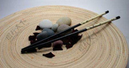 筷子鹅卵石摆在木桩上静物图图片