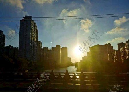 日落中的城市图片