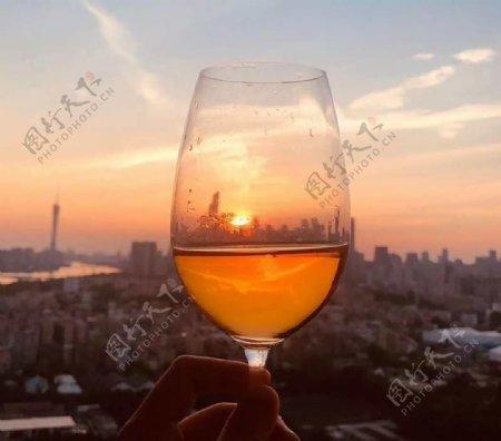 手拿酒杯图片