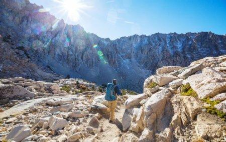 带着徒步旅行设备的人美国加州内图片