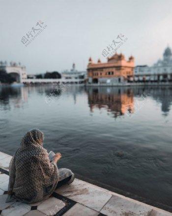 湖边阅读女性图片