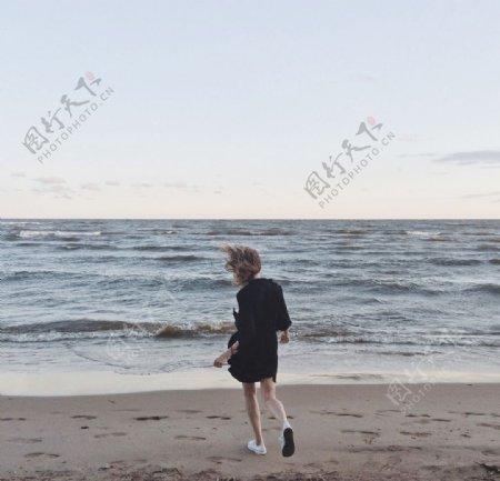 沙滩奔跑的女性图片