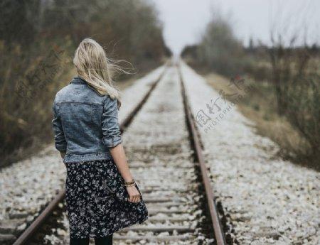 铁轨道上站着的女孩图片