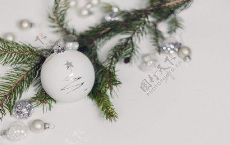 白色圣诞球特写摄影图片