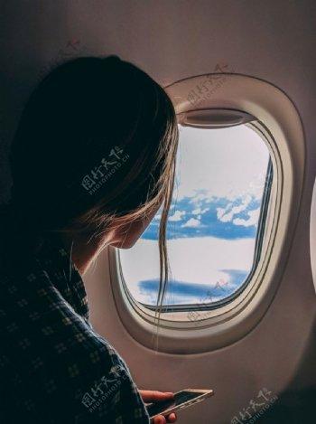 坐飞机的女性图片